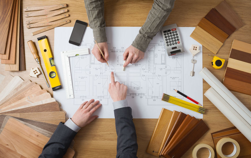 Mannen die een bouwtekening maken